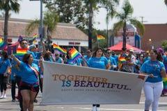 SAN DIEGO - JULI 15: Niet geïdentificeerde mannen en vrouwen maart voor Wells Fargo in LGBT Pride Parade Royalty-vrije Stock Foto's