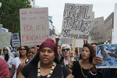 SAN DIEGO - Juli 20, 2013 personer som protesterar bar plakat i service Royaltyfria Foton