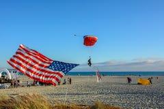 San Diego, Kalifornia, usa - Lipiec 3, 2015: Parachutist ląduje na plaży Coronado w San Diego Obraz Stock