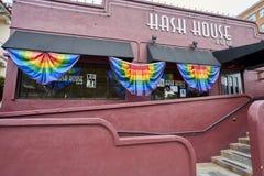 SAN DIEGO KALIFORNIEN - JULI 13, 2017: den lokala affären är understödjande och få klar för ettåriga växten LGBT Pride Festival Arkivbilder