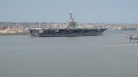 SAN DIEGO, LOS E.E.U.U. - 3 DE ABRIL DE 2018: portaaviones Juan C Stennis CVN-74 que sale de San Diego, California, los E.E.U.U. almacen de metraje de vídeo