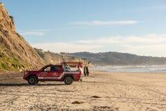 SAN DIEGO, LOS E.E.U.U. - 20 DE FEBRERO DE 2019: Salvavidas del vehículo de Toyata en la playa del negro en San Diego, California fotografía de archivo