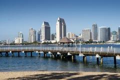 San Diego Skyline e fase de aterrissagem vista de Coronado imagens de stock