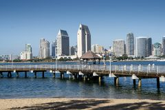 San Diego Skyline och landningetapp som ses från Coronado arkivbilder