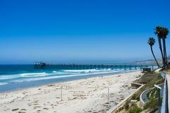San Diego strand längs kustlinjen - den La Jolla pir - universitet av royaltyfri fotografi