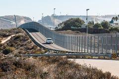 San Diego-Tijuana International Border Wall y vehículo de la patrulla fronteriza Fotografía de archivo
