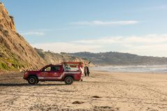 SAN DIEGO USA - FEBRUARI 20 2019: Toyata medellivräddare på svarts strand i San Diego, Kalifornien arkivbild