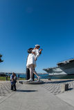 SAN DIEGO, USA - NOVEMBER 14, 2015 - folk som tar en selfie på sjömannen och sjuksköterskan, medan kyssa statyn San Diego Arkivbilder
