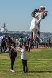 SAN DIEGO, USA - NOVEMBER 14, 2015 - folk som tar en selfie på sjömannen och sjuksköterskan, medan kyssa statyn San Diego Royaltyfria Foton