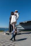 SAN DIEGO, USA - NOVEMBER 14, 2015 - folk som tar en selfie på sjömannen och sjuksköterskan, medan kyssa statyn San Diego Arkivbild