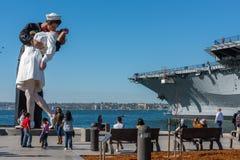 SAN DIEGO, USA - NOVEMBER 14, 2015 - folk som tar en selfie på sjömannen och sjuksköterskan, medan kyssa statyn San Diego Fotografering för Bildbyråer