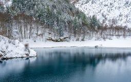 San Domenico Lake cerca de Villalago y de Scanno durante la estación del invierno Abruzos, Italia imagen de archivo