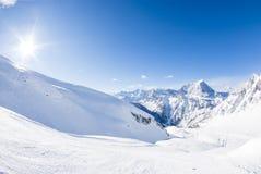 San Domenico, Varzo, Alpes, Italie, panorama du MOIS couronné de neige photos stock