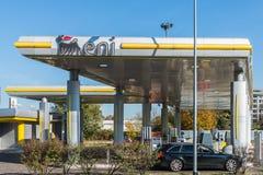 San Donato Milanese, Italië - Oktober vijftiende, 2017: Een kleinhandels eni-AGIP benzinepost in San Donato Milanese Stock Afbeeldingen