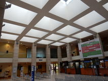 San Donato Milanese - vestíbulo da entrada do hospital fotos de stock