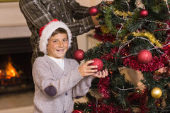 San et père décorant l'arbre de Noël Images libres de droits