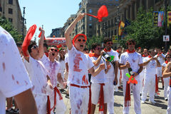 San Fermin, młodzi ludzie krzyczy w ulicie zdjęcie royalty free
