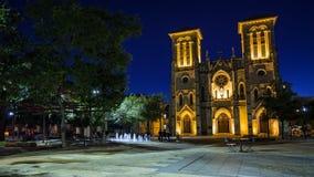 San Fernando Cathedral i San Antonio, Texas på natten Arkivbild