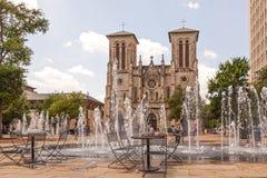 San Fernando Cathedral och springbrunn i San Antonio, Tx Arkivbilder