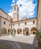 San Francesco Convent su una mattina di estate, in Tagliacozzo, provincia della L ` L'Aquila, Abruzzo, Italia centrale Immagine Stock
