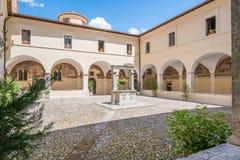 San Francesco Convent su una mattina di estate, in Tagliacozzo, provincia della L ` L'Aquila, Abruzzo, Italia centrale Fotografia Stock