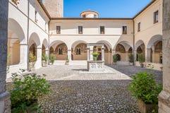 San Francesco Convent su una mattina di estate, in Tagliacozzo, provincia della L ` L'Aquila, Abruzzo, Italia centrale Immagini Stock
