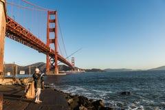 SAN FRANCISCO, †di U.S.A. «12 OTTOBRE 2018: Pescatore con golden gate bridge nei precedenti a punto forte fotografia stock libera da diritti