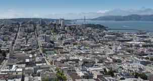 San Francisco Aerial View die het Noordenstrand, Russische Heuvel en Golden gate bridge overzien stock footage