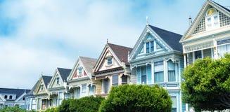 SAN FRANCISCO - AGOSTO 2017: Le signore dipinte sono una fila del colorfu Fotografie Stock