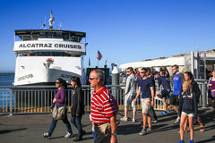 San Francisco Alcatraz Cruises Passengers Return Stockbilder
