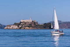 San Francisco Alcatraz Island y velero Foto de archivo libre de regalías