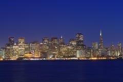 San Francisco alla vista di notte dall'isola del tesoro fotografia stock libera da diritti