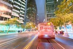 SAN FRANCISCO - AUGUSTI 7, 2017: Stadsgator på natten San franc Arkivbilder