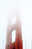 San Francisco Bay с верхней частью башни подвеса моста золотого строба предусматриванной в тумане Стоковые Изображения RF
