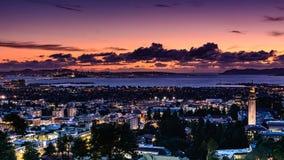 San Francisco Bay Area op een de lenteavond stock afbeeldingen
