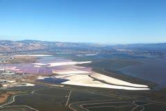 San Francisco Bay Area : Vue aérienne des étangs d'évaporation de sel et des marais de marécage photos stock