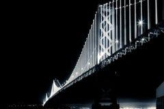 San Francisco Bay Bridge alla notte in bianco e nero Fotografia Stock Libera da Diritti