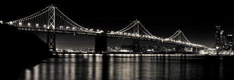 San Francisco Bay Bridge bij Zwart-witte Nacht Stock Foto's