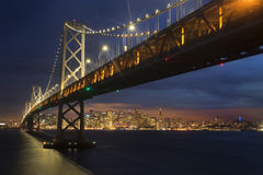 San Francisco Bay Bridge en Horizon bij Zonsondergang Royalty-vrije Stock Fotografie