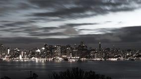 San Francisco Bay Bridge en horizon bij zwart-witte nacht Royalty-vrije Stock Afbeeldingen