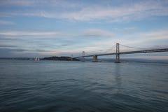 San Francisco Bay Bridge et île de Yerba Buena au coucher du soleil Images stock
