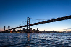 San Francisco Bay Bridge et lumières la nuit Images libres de droits