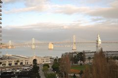 San Francisco Bay Bridge, torre de pulso de disparo, caminhada de Embarcadero, construção da balsa Imagem de Stock