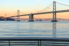 San Francisco Bay Bridge und Schienen des Pier-14 bei Sonnenuntergang Lizenzfreie Stockbilder