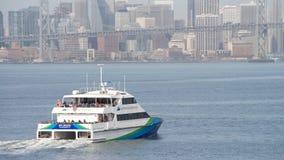 San Francisco Bay Ferry skyttlar SKÄLLER BRIS som heading till San Francisco royaltyfri foto