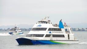 San Francisco Bay Ferrys che va a e dalla città Immagini Stock Libere da Diritti