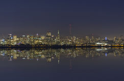 San Francisco Bay Night Skyline met Bezinning Royalty-vrije Stock Afbeeldingen