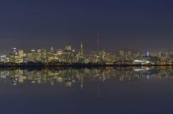 San Francisco Bay Night Skyline mit Reflexion Lizenzfreie Stockbilder