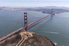 San Francisco Bay och Golden gate bridge flyg- sikt Arkivfoton