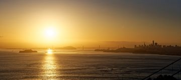 San Francisco Bay på soluppgång Royaltyfria Bilder